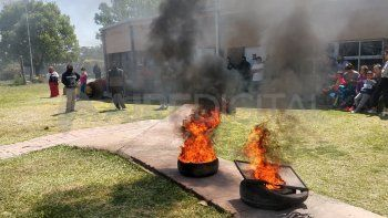 El jueves, cuando el caso salió a luz, los padres quemaron cubiertas dentro del jardín.