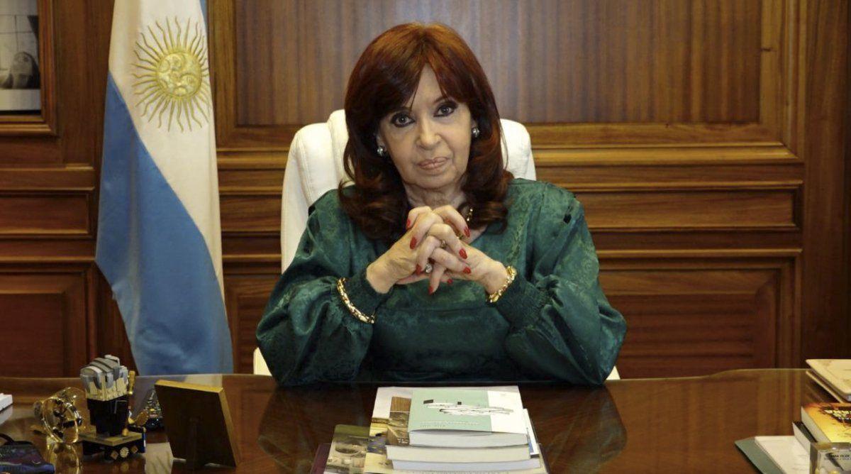 CFK dijo que desde el entorno del presidente se tejen operaciones mediáticas en su contra.