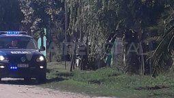 Según el relato de los vecinos, dos personas llegaron a bordo de una moto a la vivienda en calle Luis González y Maciel de barrio Los Espinillos, abrieron fuego contra los dos jóvenes y huyeron a toda velocidad.