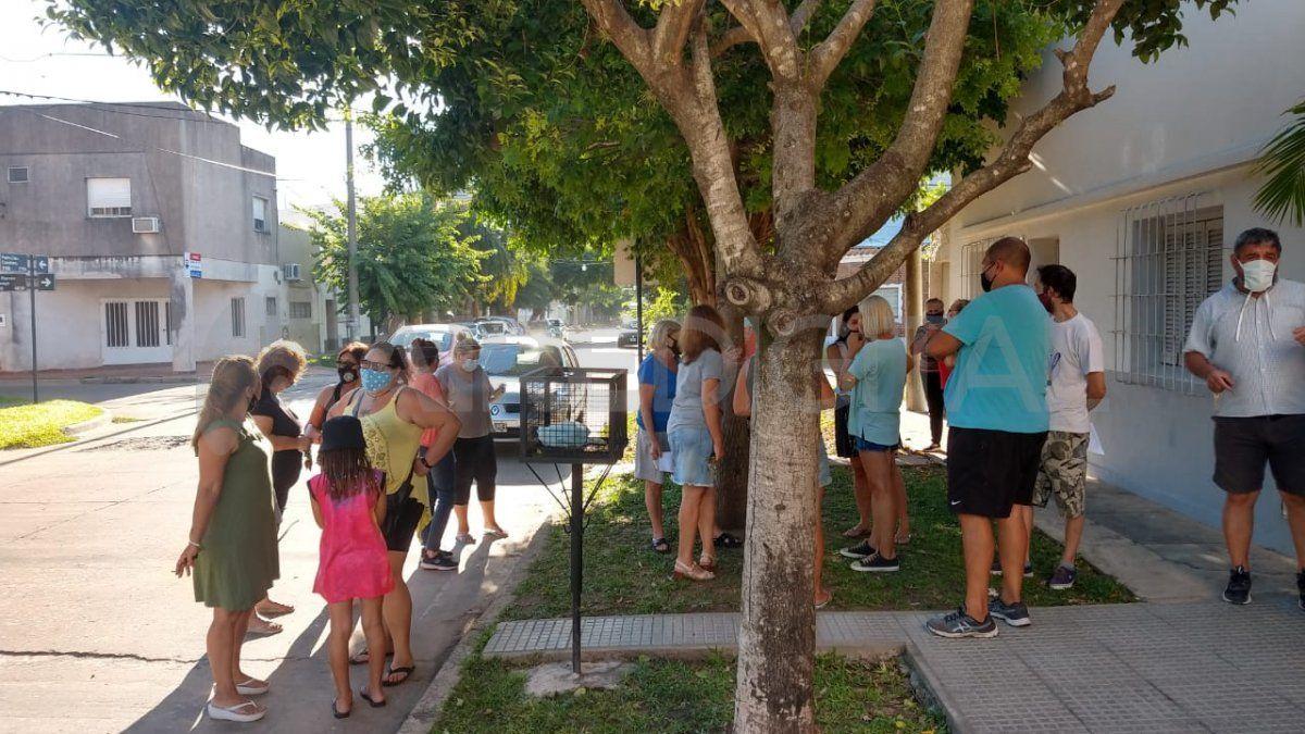Un grupo de vecinos se concentró en una esquina tradicional de barrio Fomento 9 de julio.
