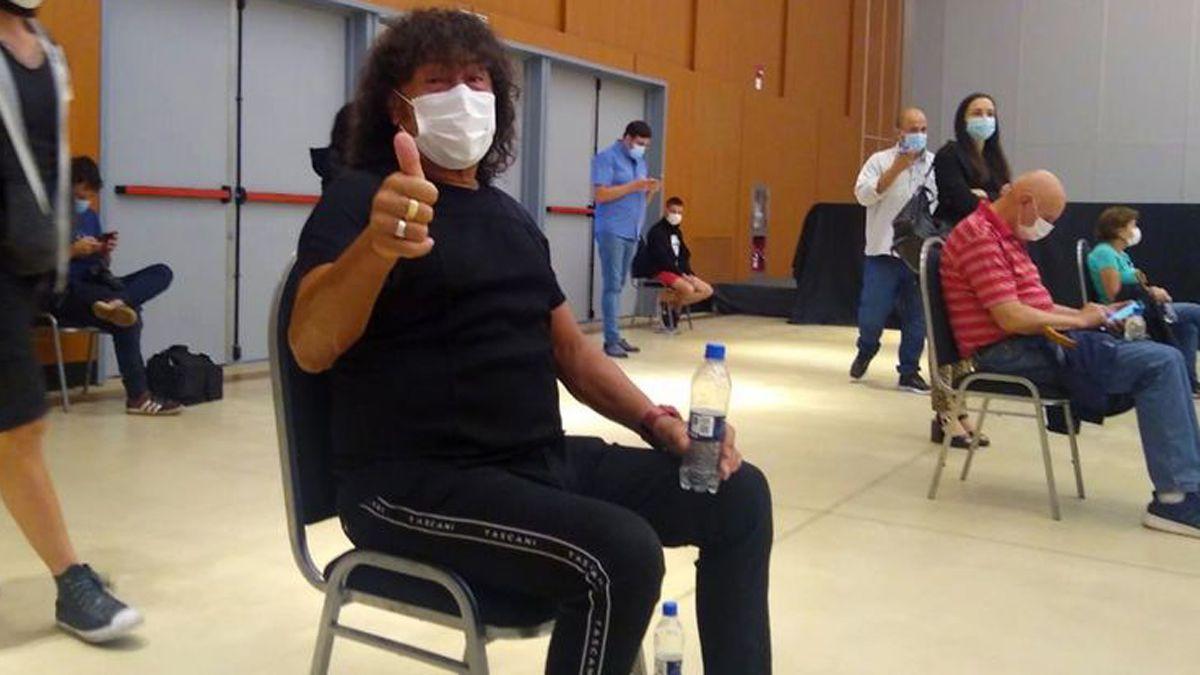 La Mona Jiménez dijo que durante la noche anterior a colocarse la vacuna contra el covid no pudo dormir porque estaba ansioso.