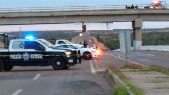 México: hallan tres cadáveres colgados de un puente vehicular