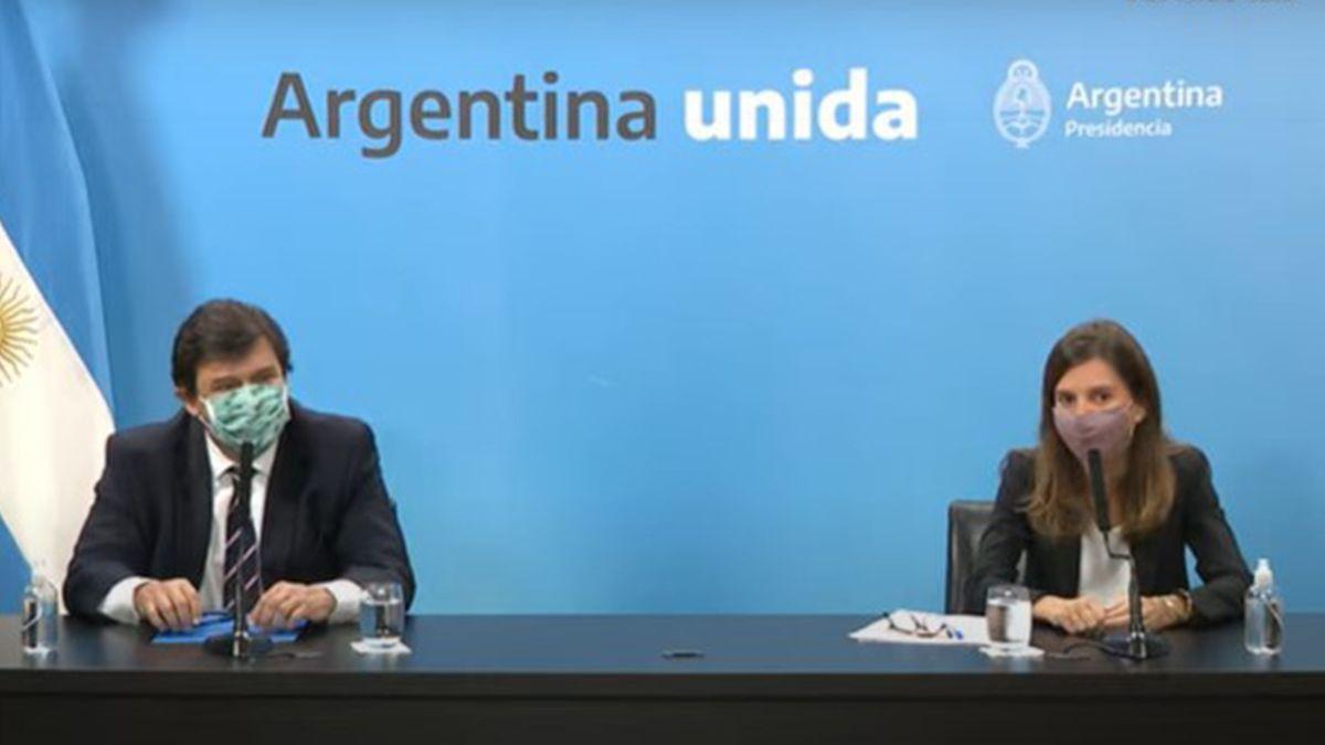 El ministro de Trabajo, Claudio Moroni, junto a la directora ejecutiva de la Ansés, Fernanda Raverta, durante el anuncio de un refuerzo de $15.000 para los beneficiarios de la Asignación Universal por Hijo.