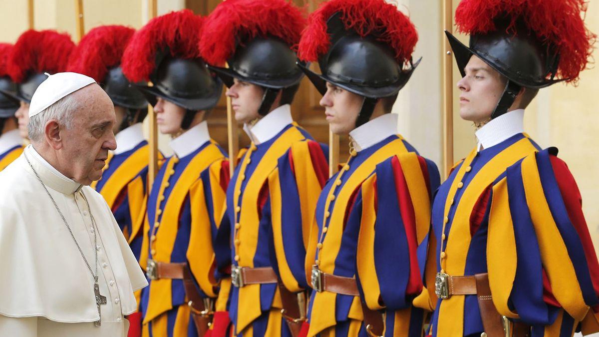 Hay once guardias suizos aislados tras conocerse que tienen coronavirus. El Vaticano extremó las medidas de prevención.