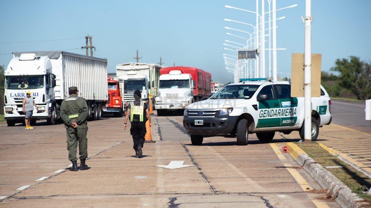 Los manifestantes cruzaron un camión sobre la ruta para impedir el tránsito.