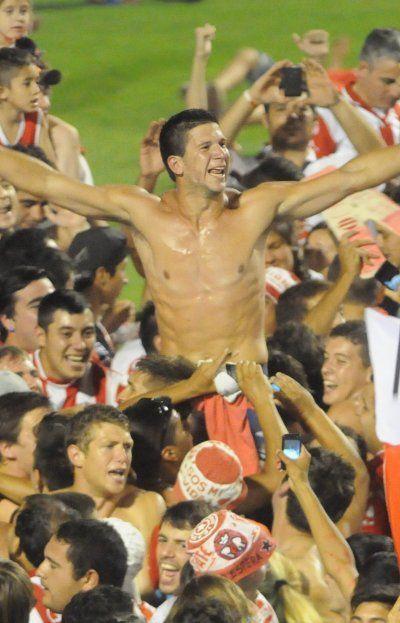 Barisone es llevado en andas por los hinchasde Unión. Fue uno de los jugadores de la cantera rojiblanca que estuvo presente en los dos últimos ascensos del club a la Primera División del fútbol argentino.