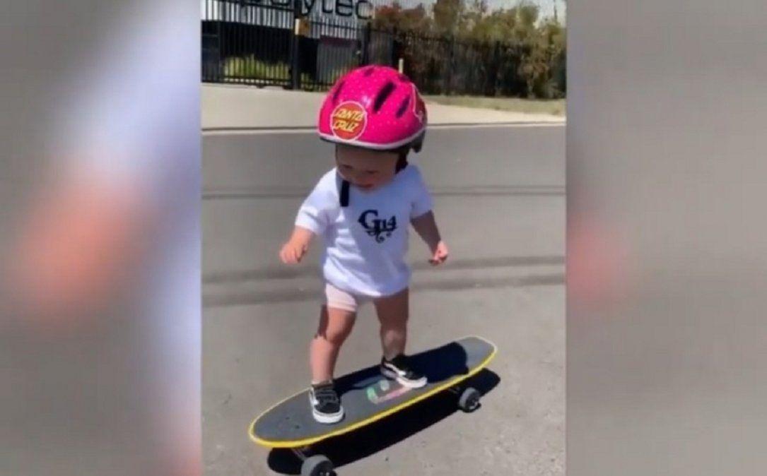 Bebe de un año anda en patineta y se vuelve viral