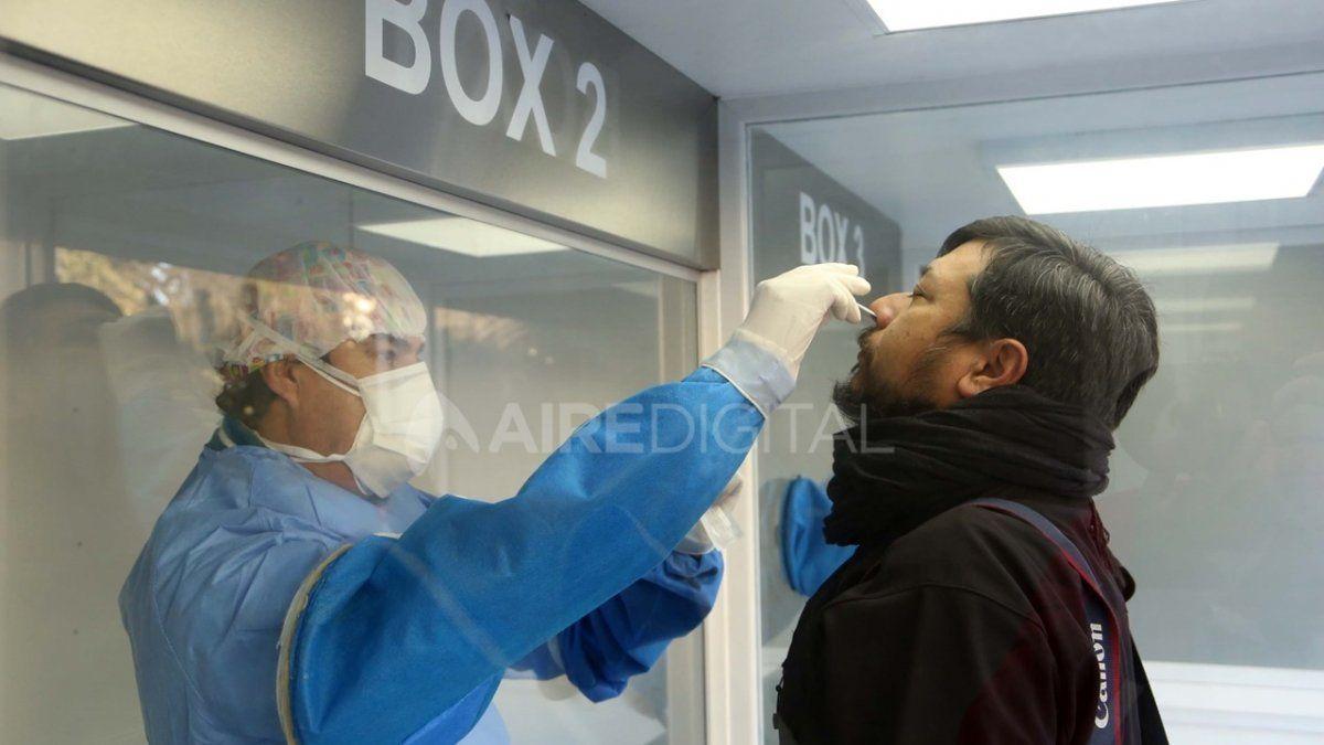 Un hombre se realiza el hisopado de coronavirus en Tucumán.
