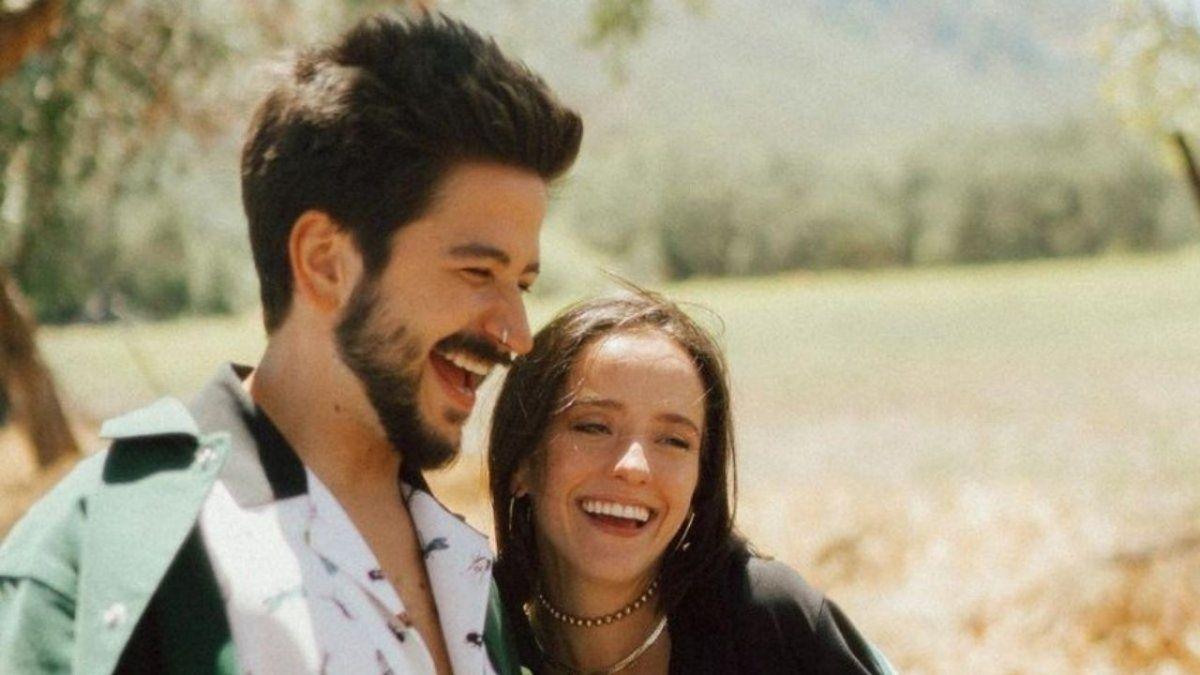 La pareja contó en un videoclip que Evaluna estaba embarazada. La familia de ella compartió su emoción en las redes sociales.