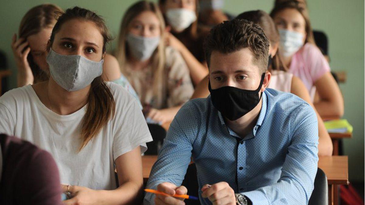 Estudiantes con mascarilla en una universidad rusa