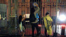 En la Plaza de Mayo se registraron momentos de tensión cuando un grupo reducido de personas se trepó a la reja de la Casa de Gobierno e intentó arrojar una valla metálica por encima de esa protección, ante lo cual bomberos arrojaron agua en un intento por dispersarlo.