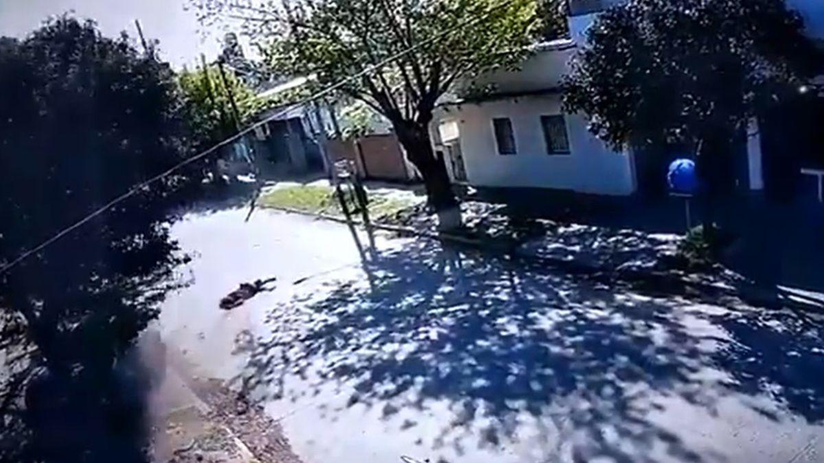 La secuencia fue registrada por cámaras de seguridad de la zona