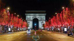 Archivo-Vista general de la Avenida de los Campos Elíseos, que conduce al Arco del Triunfo, en una noche desolada por el toque de queda en París, Francia, el 18 de diciembre de 2020.