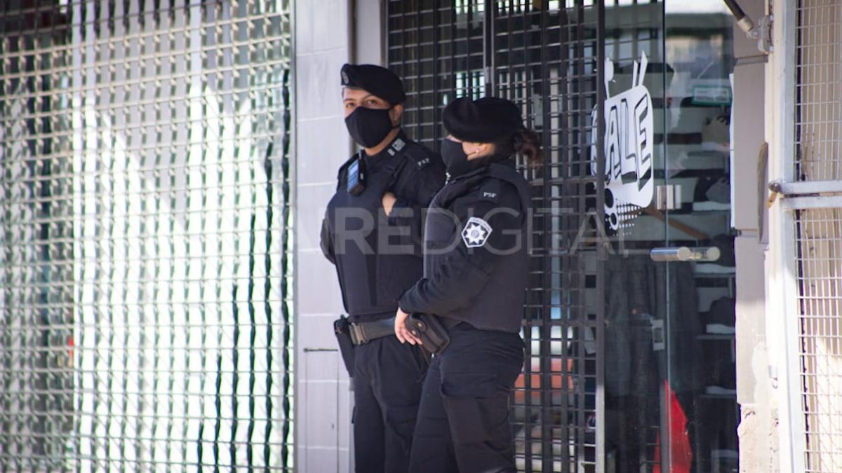 Presencia policial en la puerta de algunos negocios de la popular avenida