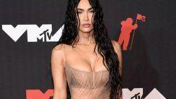 Fox explicó que Kelly le dijo que iba a estar desnuda esta noche, y ella respondió ¡Lo que digas, papi!. Aunque Kelly contradijo eso durante el pre-show de MTV, asegurando quesiempre coordinan sus looks y que esta vez ella tomó la iniciativa.