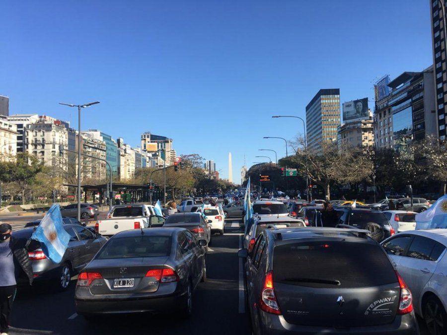 Miles de personas marchan en el Obelisco en contra de la reforma judicial en defensa de la libertad.