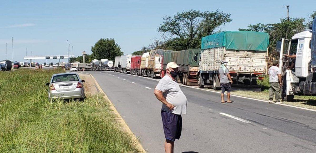 Transportistasautoconvocados en Córdoba flexibilizaron los cortes. En Santa Fe el gobiernoprovincial ordenó levantar los que se realicen en territoriosantafesino.