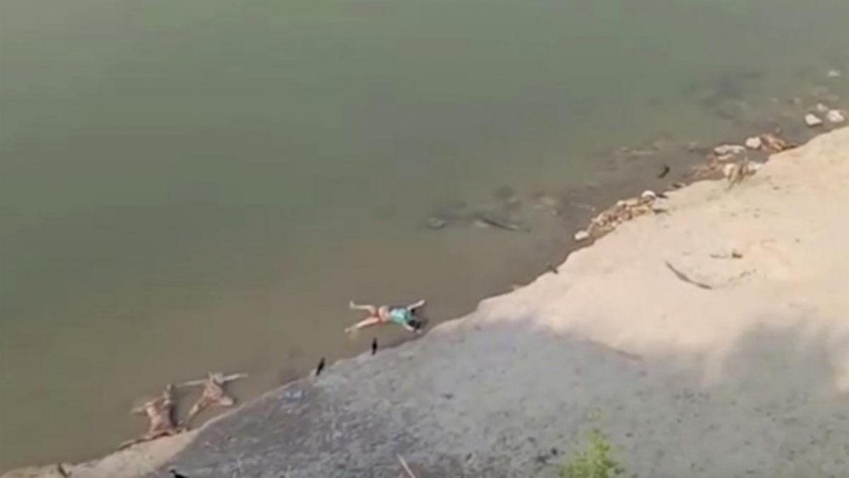 Decenas de cadáveres han sido hallados flotando en el río Ganges en momentos en que el coronavirus acecha al país.