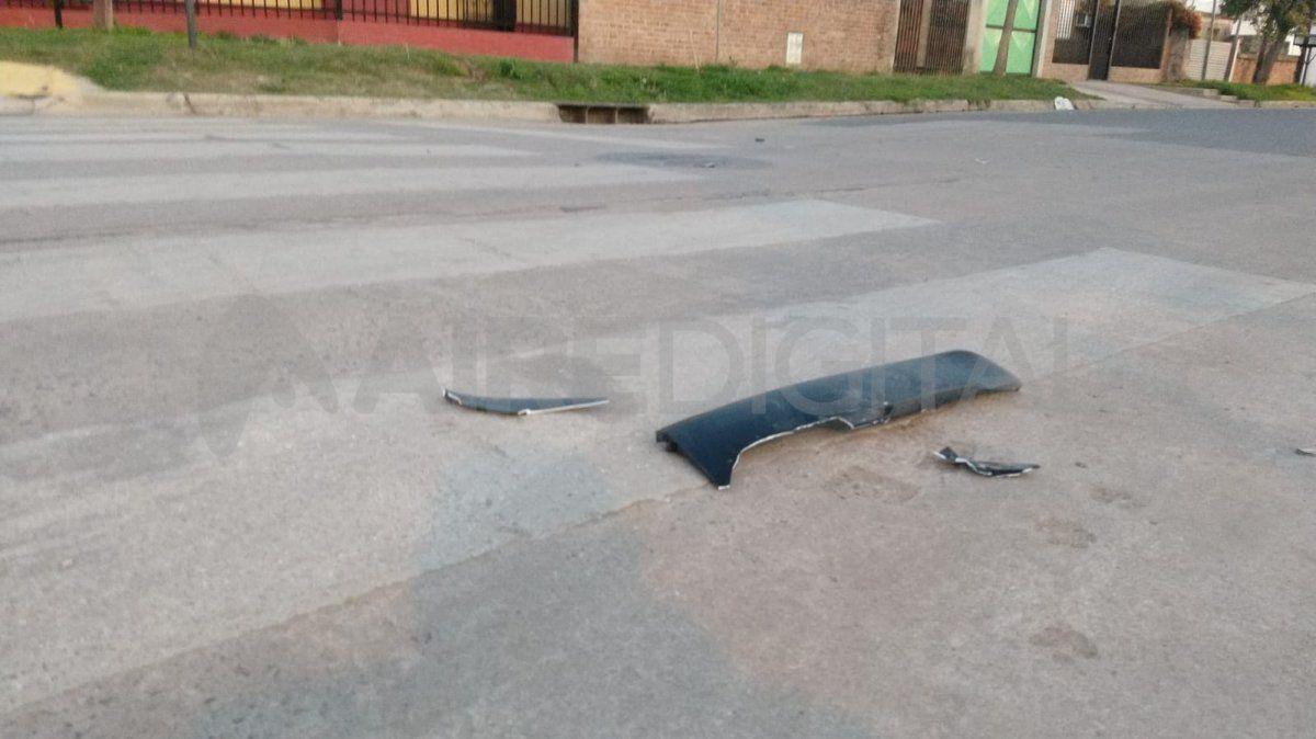 Restos plásticos del automóvil quedaron dispersados sobre el pavimento tras el siniestro.