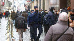 Policías belgas bloquean una calle en el centro de Bruselas, este martes, para evitar aglomeraciones en medio de las compras de Navidad, en plena pandemia de coronavirus. Foto: DPA