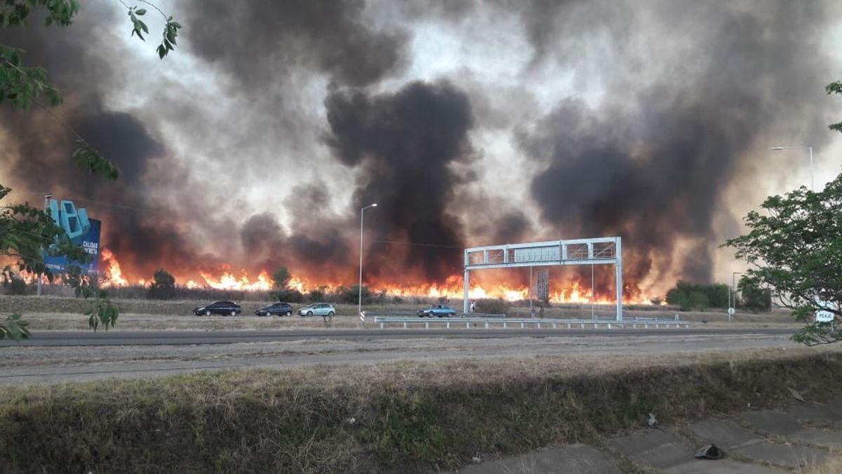 El incendio forestal alrededor de la autopista Córdoba-Carlos Paz cobró intensidad por la tarde-noche del lunes.