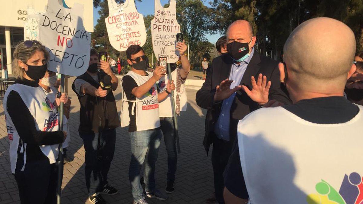 Omar Perotti le dijo a los trabajadores que recibió una provincia endeudada y se justificó. Le reclamaron por las condiciones laborales