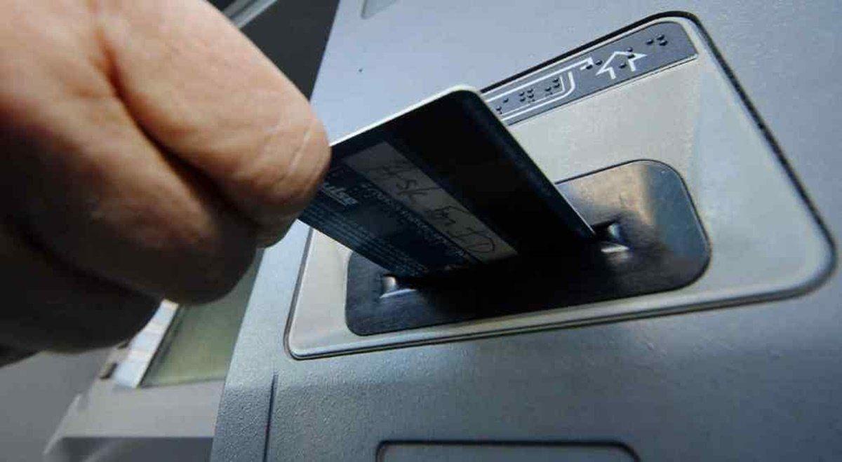 Lasuspensión en el cobro de comisiones por operación en cajeros automáticosabarca a todos los usuarios del sistema bancario