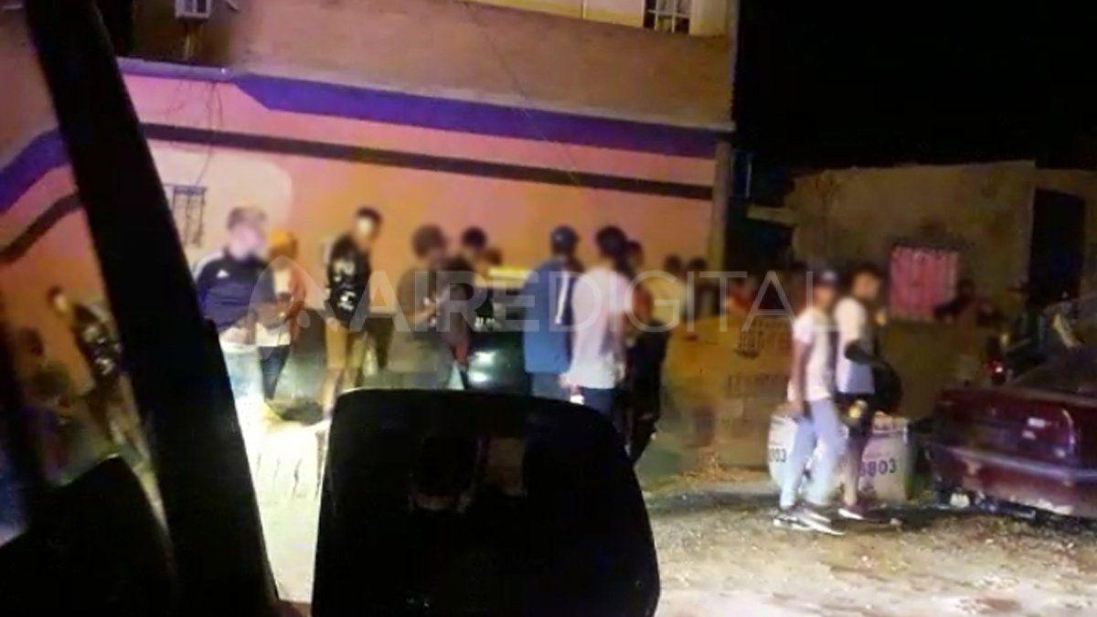 Atacaron a piedrazos a la policía tras desactivar una fiesta clandestina en barrio Barranquitas.