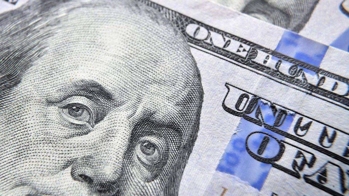 El Blue se vende en $147 y se mantiene por debajo del dólar oficial.