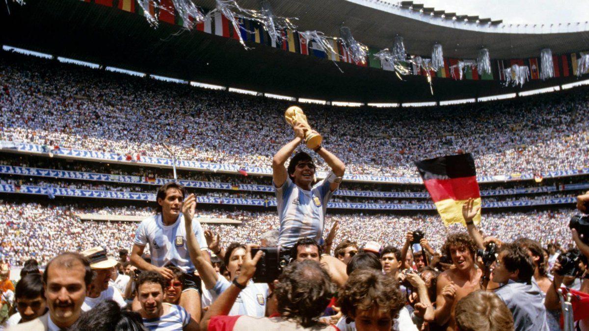 Diego Armando Maradona nació el 30 de octubre de 1960 en Lanús. Ganó la Copa Mundial de la FIFA de México 1986 y es considerado el futbolista argentino más grande de todos los tiempos.