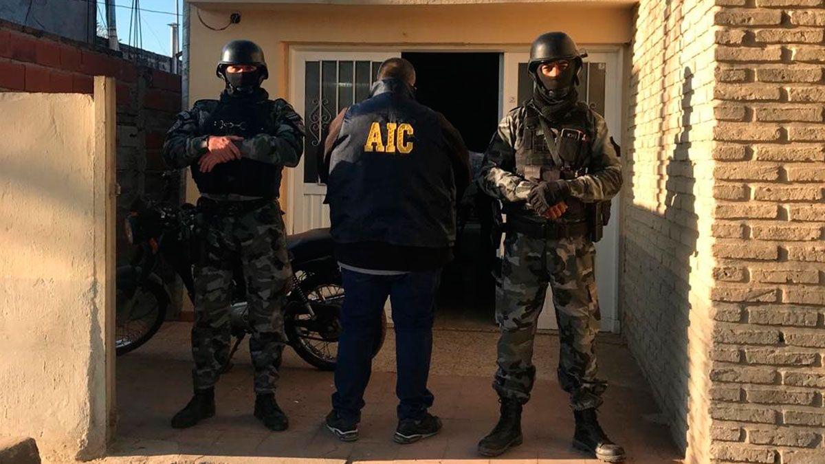 Fueron 27 los allanamientos que se llevaron a cabo en la localidad de Villa Gobernador Gálvez. Culminaron con la detención de cuatro personas que podrían estar vinculadas al crimen del narco enfrentado a Los Monos.