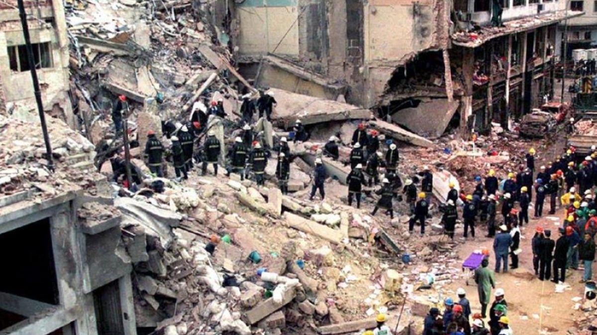 Atentado a la Amia en 1994. El después de que un coche bomba estalló en el ingreso al edificio.