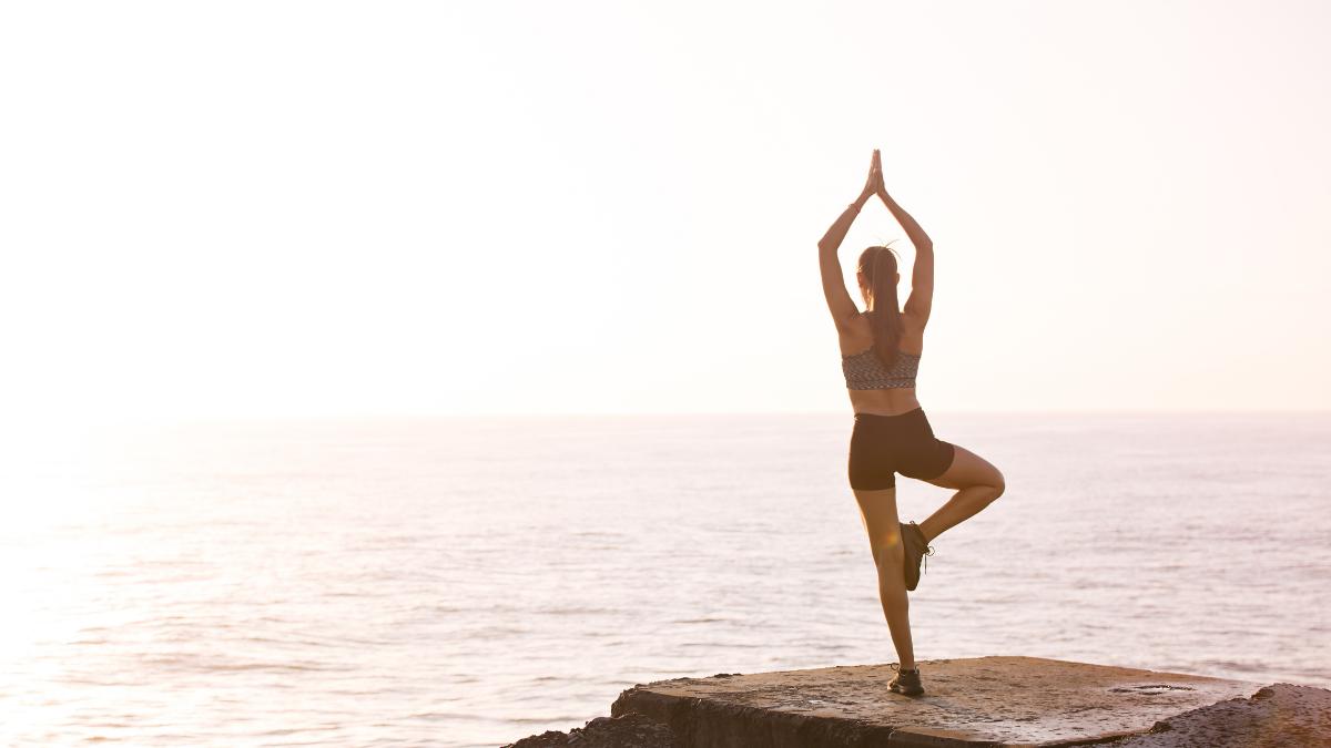 Los síntomas del estrés pueden aliviarse con una rutina de yoga bajo supervisión de un profesor