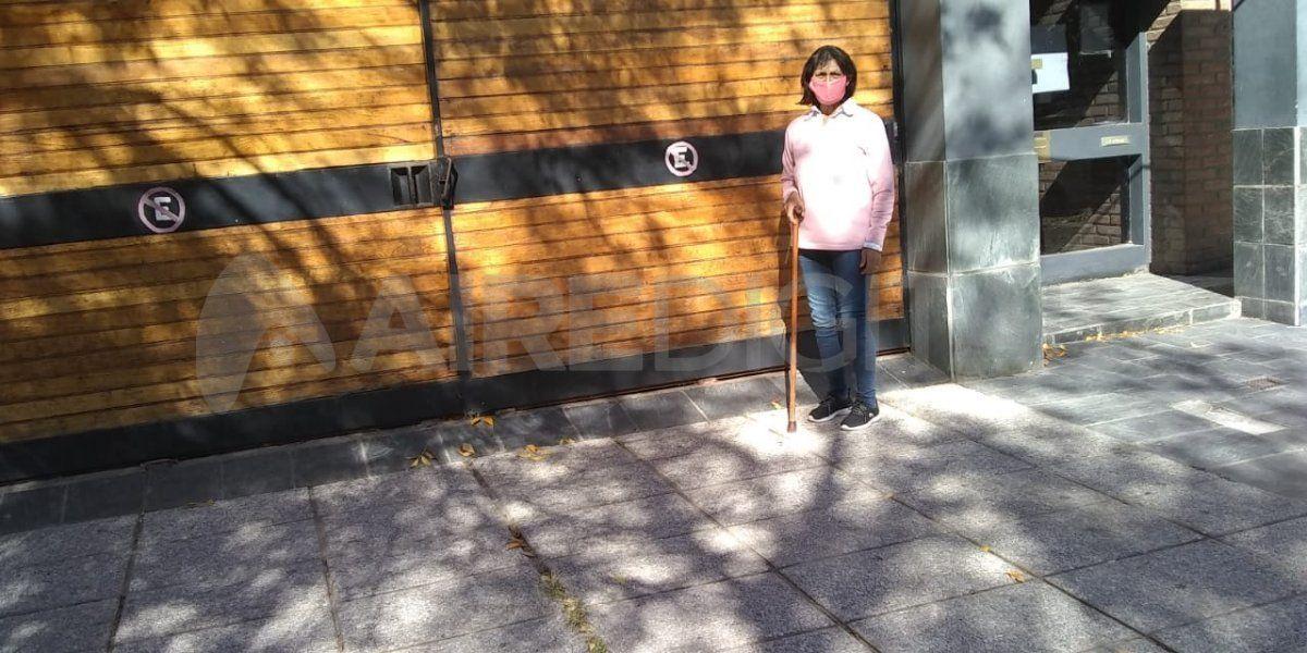 Nilda Gómez cayó en un ascensor de la Municipalidad de Santa Fe hace más de 20 años. En los últimos tiempos, comenzó a tener problemas para recibir desde Iapos los medicamentos que necesita. Después de contar su historia en Aire, recibió varias llamadas telefónicas desde Iapos o el Colegio de Farmacéuticos de Santa Fe.
