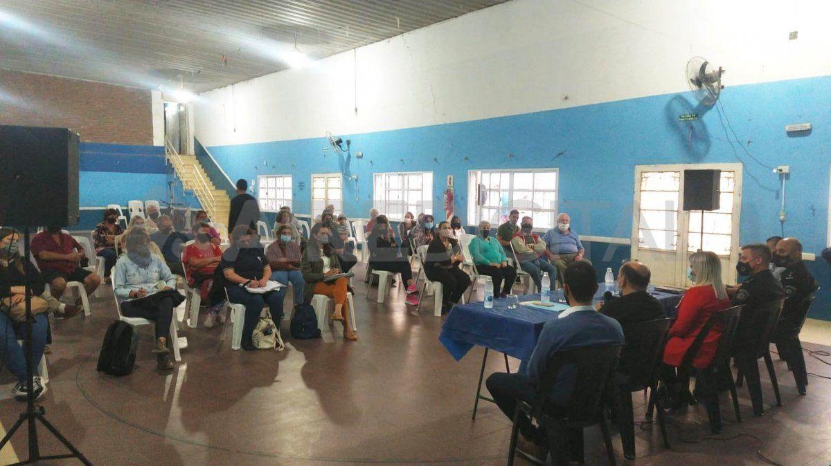 En la reunión con los vecinos de Pro Adelanto Barranquitas estuvieron presentes: Facundo Mudry subdirector de Seguridad Institucional del municipio; Florencia Cardoso y Pablo Peralta