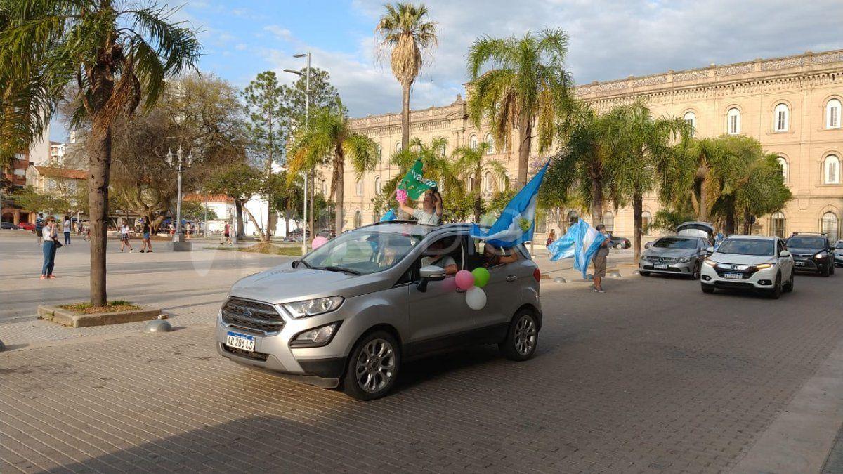 La caravana de padres y estudiantes del las escuelas secundarias y primarias de Santa Fe reclamaron la vuelta a las clases presenciales.