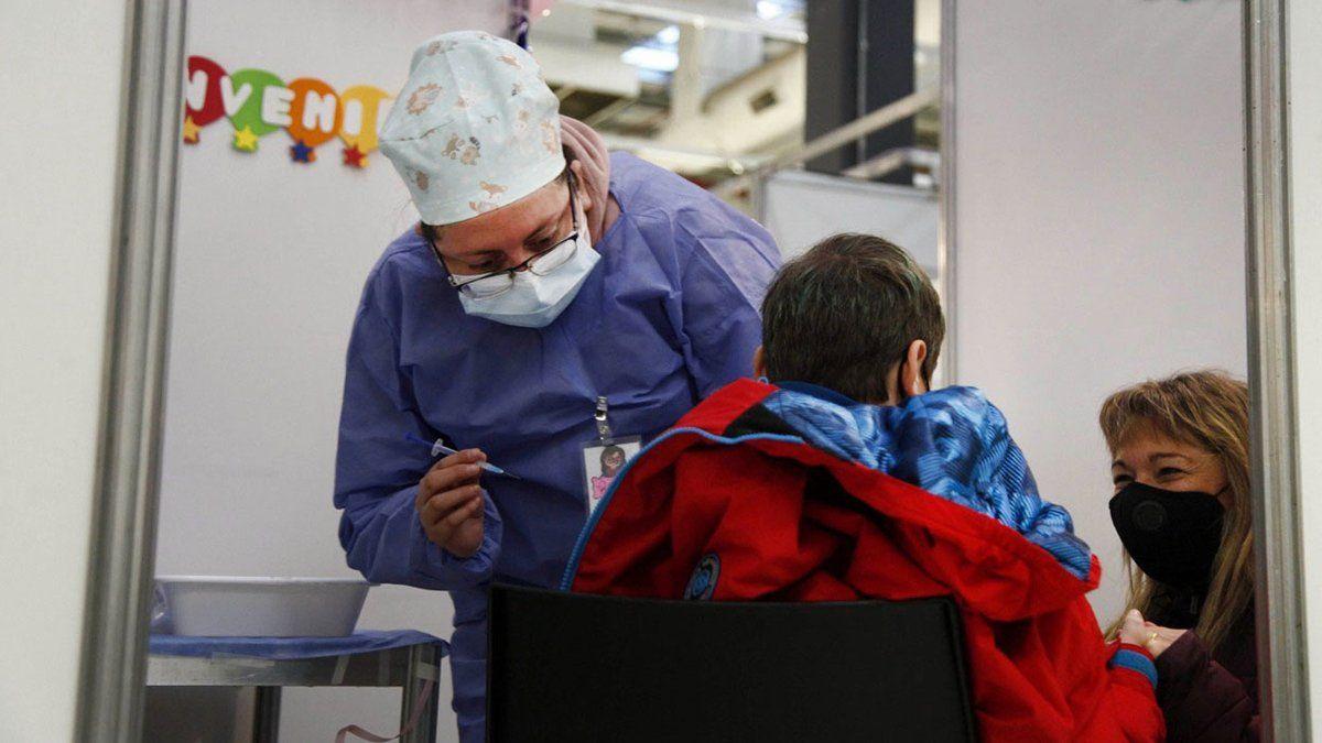 La ministra de Salud Carla Vizzotti informó que en las primeras 24 horas se vacunó a 106.000 chicos.