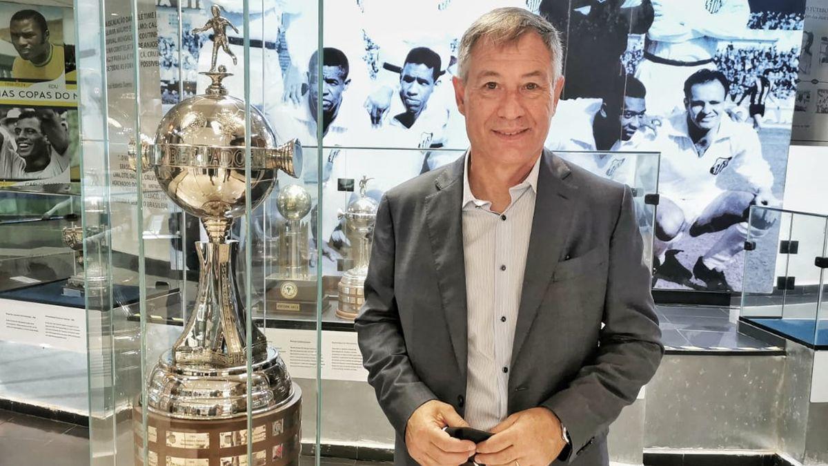 Ariel Holan firmó con Santos hasta diciembre de 2023 y en conferencia de prensa prometió mucho trabajo y pasión.