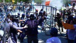 Tras la decisión del Gobierno de Formosa de volver a la Fase 1 de la cuarentena en la capital provincial, cientos de vecinos salieron a las calles a rechazar la medida, lo que generó incidentes con la Policía local