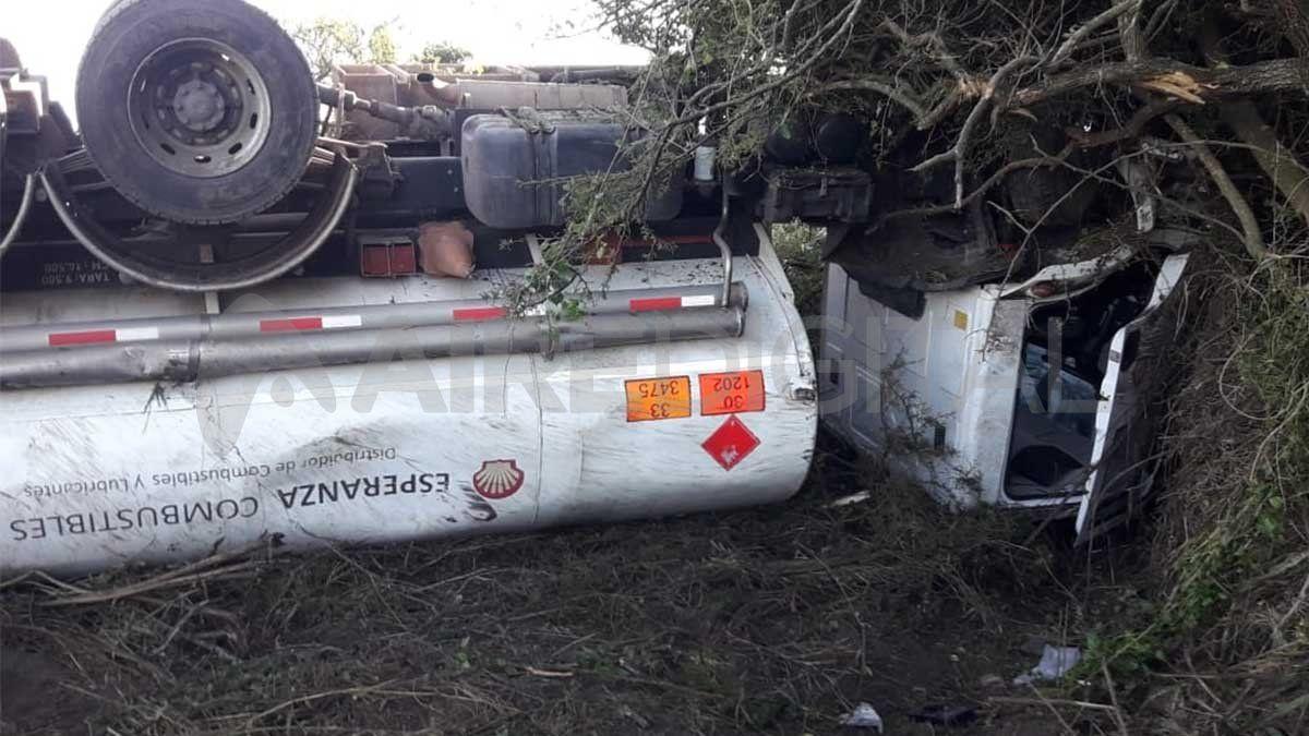 Volcó un camión cisterna cargado con combustible sobre la ruta 11