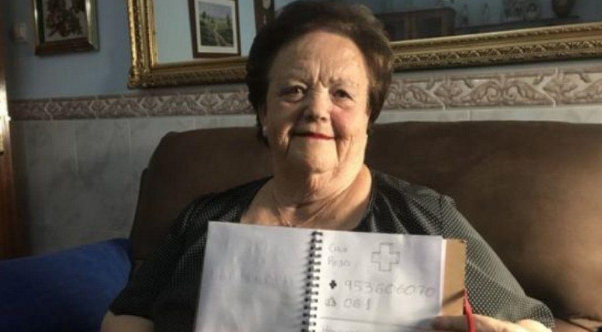 Desde que tiene 11 años, dibuja una agenda telefónica para su abuela analfabeta