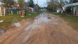 La solución siempre corre de parte de los vecinos que son los encargados de abrir las calles para que el agua estancada corra y la gente puede desplazarse.