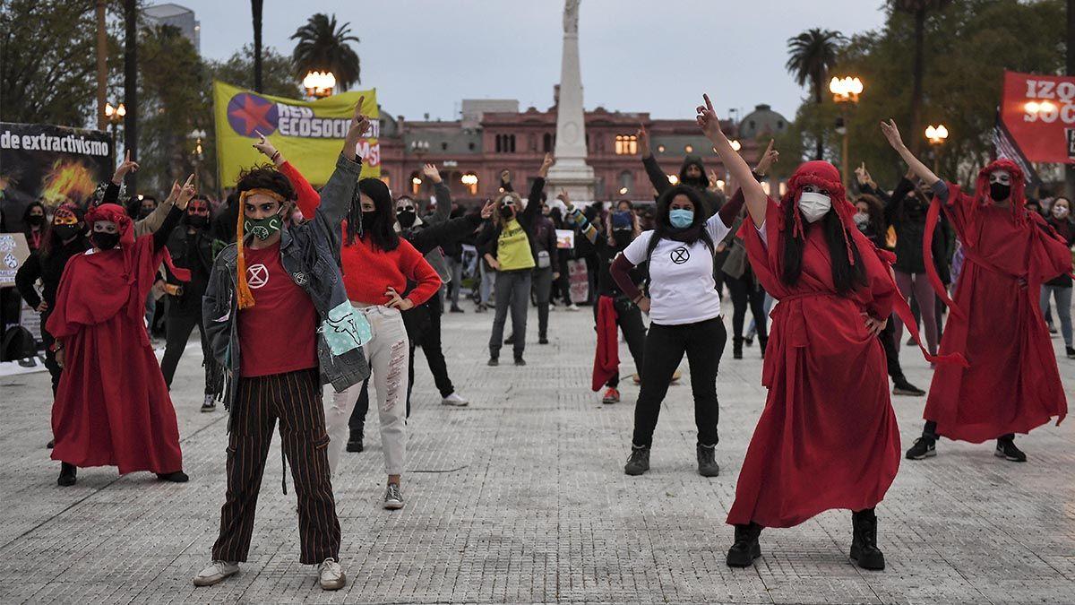 Un grupo de manifestantes realizó una intervención sobre la Plaza 25 de may