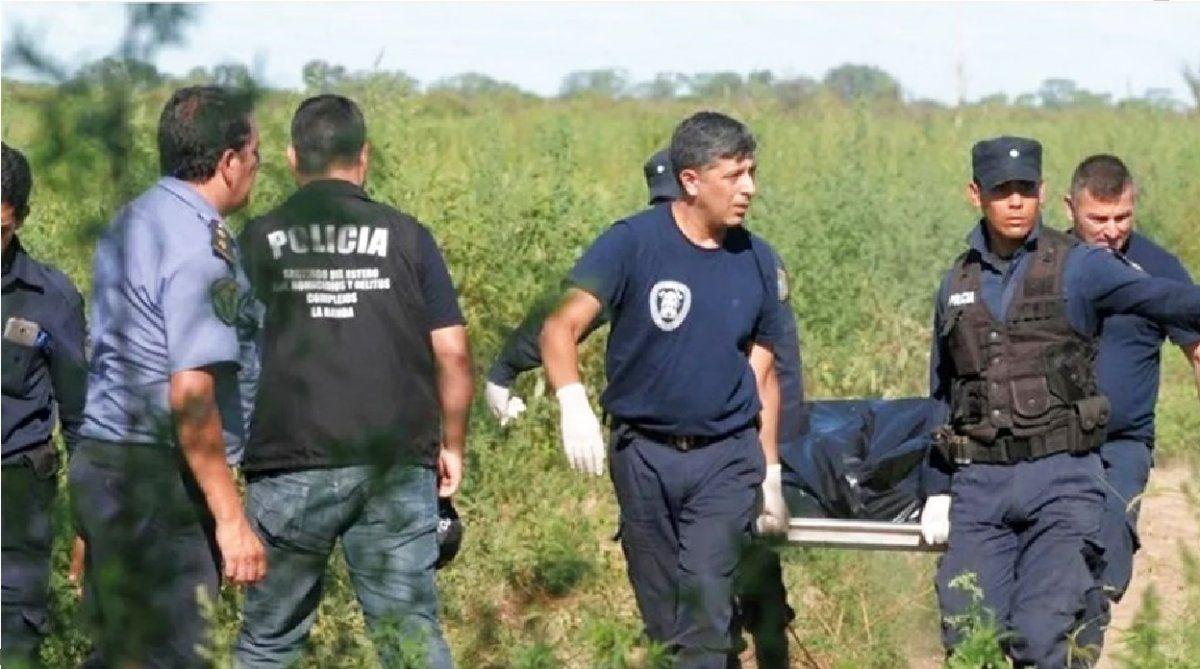 Encontraron el cráneo de una persona pendiendo de un árbol con una soga