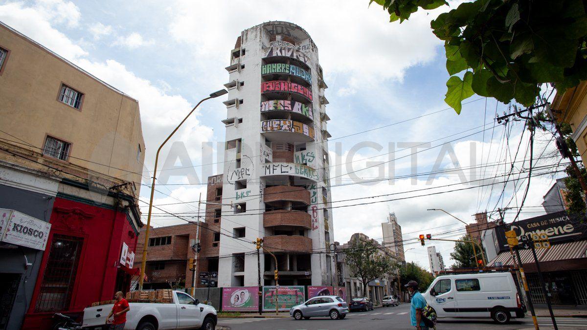 El edificio de la polémica se ubica en la esquina de Suipacha y 9 de julio de la ciudad de Santa Fe.