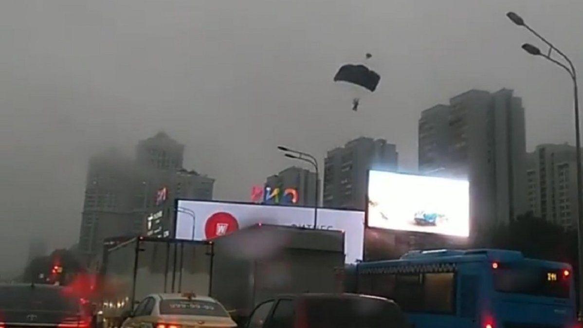 Video viral: paracaidistas saltaron desde un rascacielos y aterrizaron en una concurrida avenida.