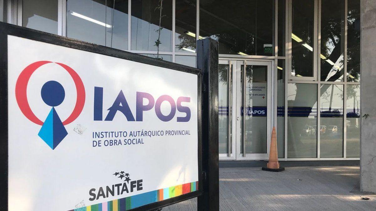 Cuando un afiliado del Iapos se presenta en las oficinas de la obra social para reclamar por algún medicamento, es atendido por empleados del Colegio de Farmacéuticos de Santa Fe.