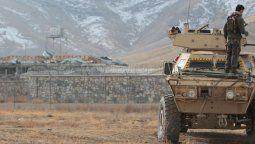 """El atentado se produjo este domingo por la mañana y el autor, que no sobrevivió, """"condujo un vehículo Humvee dentro de la base y lo detonó"""", afirmó el vocero del gobernador de Ghazni, Wahidullah Jumazada, según la agencia de noticias AFP."""