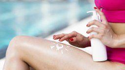El protector solar se debe aplicar en todo el cuerpo, incluyendo algunas zonas que generalmente son olvidadas como la nuca, las orejas y el empeine de los pies.