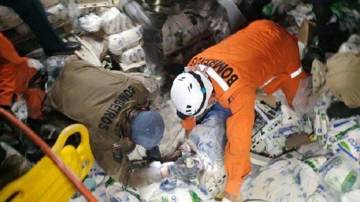 Video trágico: se derrumbaron las estanterías de un súper y mataron a una empleada